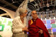 Бенте Эриксен, директор Нобелевского центра мира, показывает Его Святейшеству Далай-ламе выставку в Нобелевском центре мира. Осло, Норвегия. 9 мая 2014 г. Фото: Duy Anh Pham