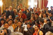 Его Святейшество Далай-лама фотографируется на память с тибетцами и группами поддержки Тибета из скандинавских стран. Осло, Норвегия. 9 мая 2014 г. Фото: Джереми Рассел (офис ЕСДЛ)