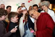 Его Святейшество Далай-лама позирует для фотографии с детьми в Нобелевском центре мира. Осло, Норвегия. 9 мая 2014 г. Фото: Джереми Рассел (офис ЕСДЛ)