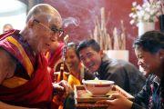 В гостинице в Роттердаме Его Святейшество Далай-ламу встречают традиционным тибетским приветствием. Роттердам, Голландия. 10 мая 2014 г. Фото: Jeppe Schilder
