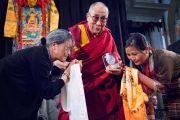 Церинг Джампа и Церинг Лхазом вручают Его Святейшеству Далай-ламе медаль в честь 25-летия присуждения ему Нобелевской премии мира на встрече в церкви Св. Лаврентия. Роттердам, Голландия. 10 мая 2014 г. Фото: Jurjen Donkers
