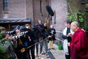 Его Святейшество Далай-лама и монсеньор Вурц, помощник епископа собора в Утрехте, отвечают на вопросы журналистов после встречи в церкви Св. Иакова. Гаага, Голландия. 10 мая 2014 г. Фото: Jurjen Donkers