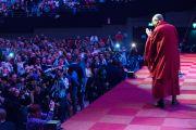 """Его Святейшество Далай-лама приветствует публику перед началом лекции """"Благополучие, мудрость и сострадание: светский подход"""" на спортивной арене """"Ахой"""". Роттердам, Голландия. 11 мая 2014 г. Фото: Jurjen Donkers"""