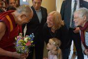 Его Святейшество Далай-лама принимает букет из рук маленькой девочки и ее мамы, которая в свою очередь когда-то дарила ему цветы, будучи маленькой девочкой. Роттердам, Голландия. 11 мая 2014 г. Фото: Джереми Рассел (офис ЕСДЛ)