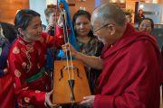 Его Святейшество Далай-лама и монгольская исполнительница. Роттердам, Голландия. 11 мая 2014 г. Фото: Джереми Рассел (офис ЕСДЛ)