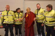 """Его Святейшество Далай-лама с полицейскими, обеспечивающими безопасность на спортивной арене """"Ахой"""". Роттердам, Голландия. 11 мая 2014 г. Фото: Джереми Рассел (офис ЕСДЛ)"""