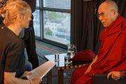 Беттине Фризекооп берет интервью у Его Святейшества Далай-ламы для буддийского радиовещания. Роттердам, Голландия. 11 мая 2014 г. Фото: Джереми Рассел (офис ЕСДЛ)