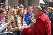 Его Святейшество Далай-лама общается с людьми возле голландского парламента. Гаага, Голландия. 12 мая 2014 г. Фото: Jeppe Schilder
