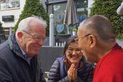 Его Святейшество Далай-лама общается с людьми возле своей гостиницы в Роттердаме. 12 мая 2014 г. Фото: Джереми Рассел (офис ЕСДЛ)
