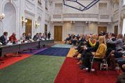 На встрече Его Святейшества Далай-ламы с членами парламентского комитета по международным делам и другими парламентариями. Гаага, Голландия. 12 мая 2014 г. Фото: Джереми Рассел (офис ЕСДЛ)