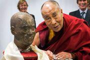 Его Святейшество Далай-лама позирует для фотографии рядом с со своим бюстом в университете Эразма Роттердамского. Роттердам Голландия. 12 мая 2014 г. Фото: Jurjen Donkers