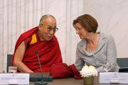 Его Святейшество Далай-лама и Ангелине Эйхсинк на встрече с членами парламентского комитета по международным делам и другими парламентариями. Гаага, Голландия. 12 мая 2014 г. Фото: Jeppe Schilder