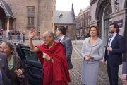 Его Святейшество Далай-лама машет рукой людям, приветствующим его возле голландского парламента. Гаага, Голландия. 12 мая 2014 г. Фото: Джереми Рассел (офис ЕСДЛ)