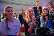 """Студентка задает вопрос Его Святейшеству Далай-ламе на семинаре """"Сердце образования"""". Роттердам, Голландия. 12 мая 2014 г. Фото: Jurjen Donker"""