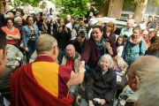 Его Святейшество Далай-лама здоровается с людьми на входе в Тибетский дом. Франкфурт, Германия. 13 мая 2014 г. Фото: Manuel Bauer