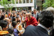 Его Святейшество Далай-ламу восторженно встречают у гостиницы. Франкфурт, Германия. 13 мая 2014 г. Фото: Manuel Bauer