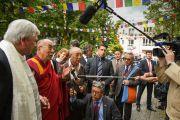 Его Святейшество Далай-лама отвечает на вопросы журналистов на выходе из Тибетского дома. Франкфурт, Германия. 13 мая 2014 г. Фото: Manuel Bauer