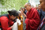 Его Святейшество Далай-лама здоровается с тибетцами на входе в Тибетский дом. Франкфурт, Германия. 13 мая 2014 г. Фото: Manuel Bauer