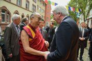 Премьер-министр федеральной земли Гессен Фолькер Буфье приветствует Его Святейшество Далай-ламу у Тибетского дома. Франкфурт, Германия. 13 мая 2014 г. Фото: Manuel Bauer