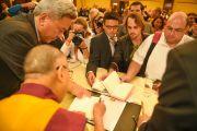 Его Святейшество Далай-лама раздает журналистам автографы. Франкфурт, Германия. 14 мая 2014 г. Фото: Manuel Bauer