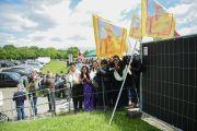 """Члены тибетской диаспоры приветствуют Его Святейшество Далай-ламу у входа на стадион """"Фрапорт"""". Франкфурт, Германия. 14 мая 2014 г. Фото: Manuel Bauer"""