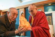 Его Святейшество Далай-лама преподносит статую Будды в подарок основателю Тибетского дома в Германии Дагьябу Ринпоче. Франкфурт, Германия. 14 мая 2014 г. Фото: Manuel Bauer