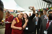 "Его Святейшество Далай-лама позирует для фотографии с сотрудницей стадиона ""Фрапорт"". Франкфурт, Германия. 14 мая 2014 г. Фото: Manuel Bauer"