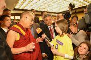 Его Святейшество Далай-лама отвечает на вопрос юной корреспондентки. Франкфурт, Германия. 14 мая 2014 г. Фото: Manuel Bauer