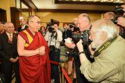 Его Святейшество Далай-лама приветствует журналистов перед началом пресс-конференции. Франкфурт, Германия. 14 мая 2014 г. Фото: Manuel Bauer