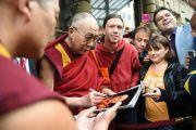 Его Святейшество Далай-лама подписывает фотографию для одного из своих почитателей. Франкфурт, Германия. 14 мая 2014 г. Фото: Manuel Bauer