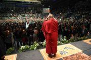 """Его Святейшество Далай-лама приветствует людей, собравшихся на стадионе """"Фрапорт"""". Франкфурт, Германия. 14 мая 2014 г. Фото: Manuel Bauer"""