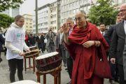 Барабанщики приветствуют Его Святейшество Далай-ламу на улице возле Паульскирхе (церкви Св. Павла). Франкфурт, Германия. 15 мая 2014 г. Фото: Manuel Bauer