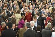 Его Святейшество Далай-лама приветствует своих почитателей на улице перед входом в Паульскирхе (церкви Св. Павла). Франкфурт, Германия. 15 мая 2014 г. Фото: Manuel Bauer