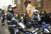 У выхода из Паульскирхе (церкви Св. Павла) Его Святейшество Далай-ламу ожидают его поклонники и полицейские из кортежа сопровождения.  Франкфурт, Германия. 15 мая 2014 г. Фото: Manuel Bauer