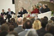 """Во время встречи с Его Святейшеством Далай-ламой, посвященной теме """"Этика за пределами религий"""", которая состоялась в Паульскирхе (церкви Св. Павла).  Франкфурт, Германия. 15 мая 2014 г. Фото: Manuel Bauer"""