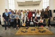 """Его Святейшество Далай-лама фотографируется на память со студентами, задававшими вопросы во время интерактивной встречи на тему """"Светская этика в нашем общем мире"""" в Паульскирхе (церкви Св. Павла). Франкфурт, Германия. 15 мая 2014 г. Фото: Manuel Bauer"""