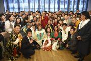 Его Святейшество Далай-лама фотографируется с тибетцами, живущими в Германии и сопредельных странах, после встречи в Музее современного искусства. Франкфурт, Германия. 15 мая 2014 г. Фото: Manuel Bauer