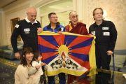 Его Святейшество Далай-лама фотографируется с участниками предстоящей экспедиции на Эверест. В руках у них флаг с подписью Далай-ламы, который участники экспедиции возьмут с собой. Франкфурт, Германия. 15 мая 2014 г. Фото: Manuel Bauer