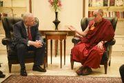 Его Святейшество Далай-лама со своим давним другом бывшим премьер-министром Гессена Роландом Кохом. Франкфурт, Германия. 15 мая 2014 г. Фото: Manuel Bauer
