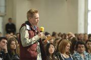 """Молодой человек задает вопрос Его Святейшеству Далай-ламе во время  интерактивной встречи на тему """"Светская этика в нашем общем мире"""" в Паульскирхе (церкви Св. Павла). Франкфурт, Германия. 15 мая 2014 г. Фото: Manuel Bauer"""