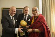 Его Святейшество Далай-лама принимает премию Немецкой ассоциации спикеров. Франкфурт, Германия. 16 мая 2014 г. Фото: Manuel Bauer