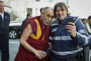 Его Святейшество Далай-лама позирует для фотографии с одним из полицейских перед отъездом в аэропорт. Франкфурт, Германия. 16 мая 2014 г. Фото: Manuel Bauer