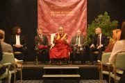"""Его Святейшество Далай-лама выступает на встрече, организованной группой """"Друзья для друга"""". Франкфурт, Германия. 16 мая 2014 г. Фото: Manuel Bauer"""