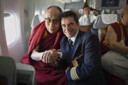 Его Святейшество Далай-лама фотографируется с капитаном самолета перед вылетом из Франкфурта в Дели. Франкфурт, Германия. 16 мая 2014 г. Фото: Manuel Bauer