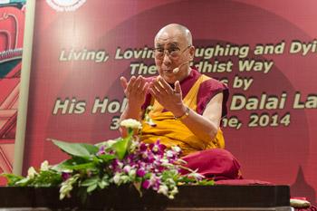 Жить, любить, смеяться и умирать по-буддийски – первый день учений Далай-ламы в Мумбаи