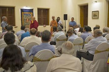 Жить, любить, смеяться и умирать по-буддийски – третий день учений Далай-ламы в Мумбаи