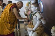 """Его Святейшество Далай-лама выражает знаки почтения перед статуями индуистских божеств в """"Сомая Видьявихаре"""". Мумбаи, Индия. 30 мая 2014 г. Фото: Тензин Чойджор (офис ЕСДЛ)"""
