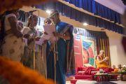 """Молодые женщины исполняют песню перед началом учений Его Святейшества Далай-ламы в """"Сомая Видьявихаре"""". Мумбаи, Индия. 30 мая 2014 г. Фото: Тензин Чойджор (офис ЕСДЛ)"""