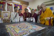 """Его Святейшество Далай-лама рассматривает песочную мандалу, которую монахи строят в """"Сомая Видьявихаре"""" в рамках фестиваля тибетской культуры. Мумбаи, Индия. 30 мая 2014 г. Фото: Тензин Чойджор (офис ЕСДЛ)"""