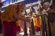 """Его Святейшество Далай-лама зажигает масляный светильник у портретов основателей """"Сомая Видьявихары"""". Мумбаи, Индия. 30 мая 2014 г. Фото: Тензин Чойджор (офис ЕСДЛ)"""